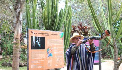 Esbanjando energia, seu Modesto, dono do Parque das Araras é uma aula de história ao ar livre