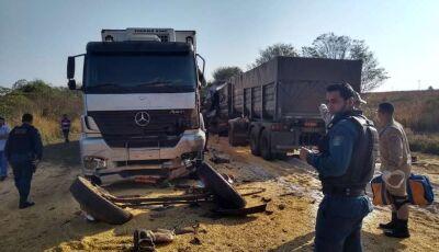 Batida entre carretas deixa um morto e outro em estado grave na BR-163