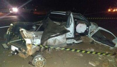 Homem bate carro em poste e morre; três ficam feridos