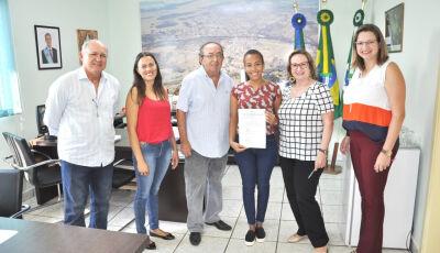 Prefeito dá posse à candidata aprovada no concurso público em Bonito (MS)