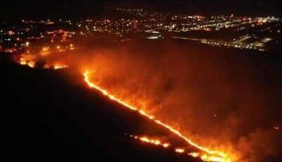 Fogo atinge fazenda e avança em direção à área urbana em Bodoquena
