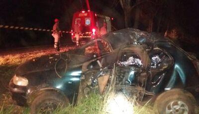 Carro sai da pista, capota e mata homem de 60 anos na rodovia