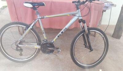 Em plena luz do dia, bicicleta é furtada em rua movimentada de Bonito