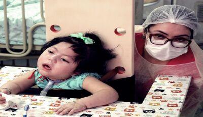 MIRANDA: Internada desde o nascimento no HR, menina de 2 anos ganha equipamento para ficar em pé