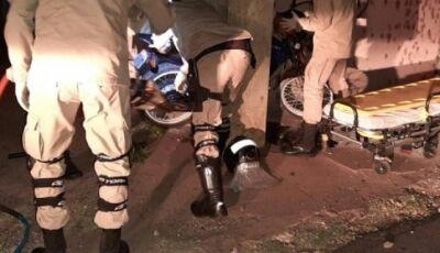 Jovem morre em hospital 4 dias após ficar preso entre moto e muro