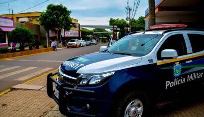 'Vão caçar o que fazer': homem não respeita abordagem policial, chuta viatura e vai preso em Bonito