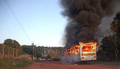 Ônibus escolar é destruído por incêndio pouco antes de transportar alunos em MS