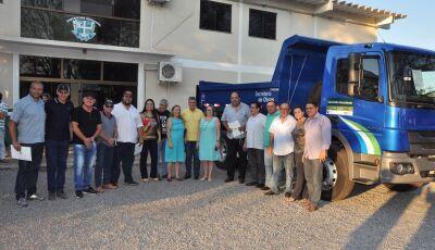 Prefeito entrega caminhão basculante para a Secretaria de Obras em Bonito (MS)