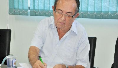 Prefeito sanciona lei que complementa salários de servidores da Educação