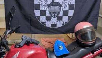 Dono de supermercado percebe arma falsa, avança contra ladrão e bandido foge abandonando moto