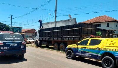 Polícia apreende caminhão abarrotado com 450 caixas de cigarros vindos do Paraguai em Bodoquena