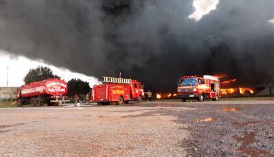 Helicóptero cai em fábrica de brasileiro na fronteira; chamas chegam a 10 metros de altura