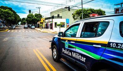 EM BONITO: homem briga em festa e agressivo, entorta placa de viatura da polícia