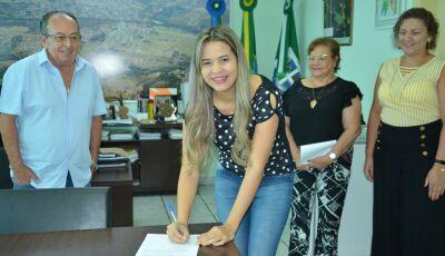 No gabinete, Prefeito dá posse a mais uma candidata concursada em Bonito (MS)