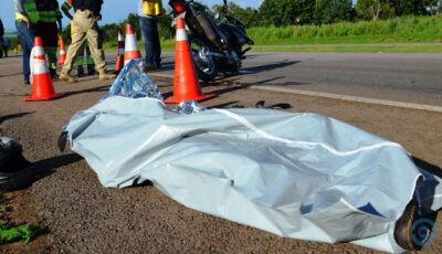 Motociclista morre ao colidir com carreta na BR-163