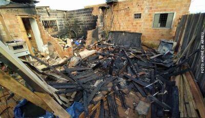 Após brigar com esposa, homem ateia fogo na casa e tem 75% do corpo queimado