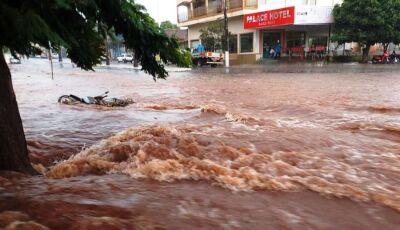 Forte chuva alaga ruas e deixa família em situação critica no bairro (VÍDEOS)