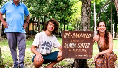 Em Bonito, 'Ana Raio' comemora 30 anos da novela plantando Ipê ao lado de 'Zé Trovão'