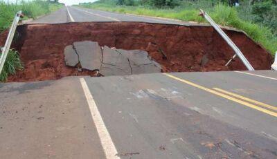 Susto: Após 'rampar' ponte quebrada, airbags foram acionados motorista sai ileso, VEJA FOTOS