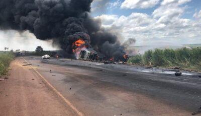 Grave acidente entre caminhão e carreta deixa um morto em Nova Alvorada do Sul