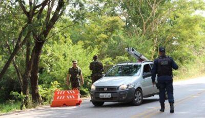 Contra o coronavírus, PM e Exército fazem operação e 'fecham' entrada que dá acesso a Bonito (MS)