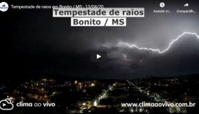 ASSISTA a tempestade de raios na noite da última segunda-feira (13) em Bonito (MS)
