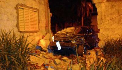 Motorista bêbado bate e derruba parte do muro do quartel da PM