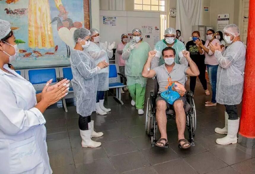Paciente curado de covid-19 deixa hospital (Foto: Divulgação)