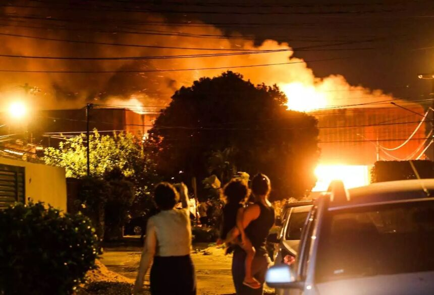 Várias explosões podem ser ouvidas no local (Foto: Marcos Maluf)