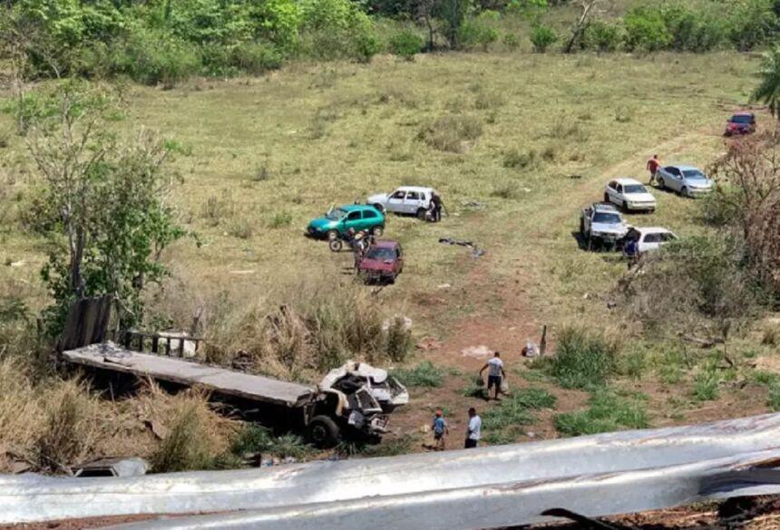Caminhão desceu a ribanceira; outros motoristas recolheram alimentos espalhados no local (Foto: Direto das Ruas) - CREDITO: CAMPO GRANDE NEWS