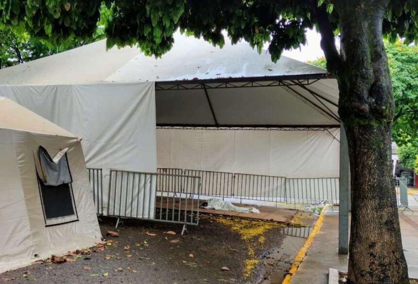 Morador de rua dormindo embaixo das tendas - Crédito: Ligado na Redação/Dourados News