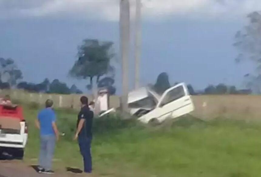 Carro colidiu com coqueiro na rodovia (Digulgação/PM)