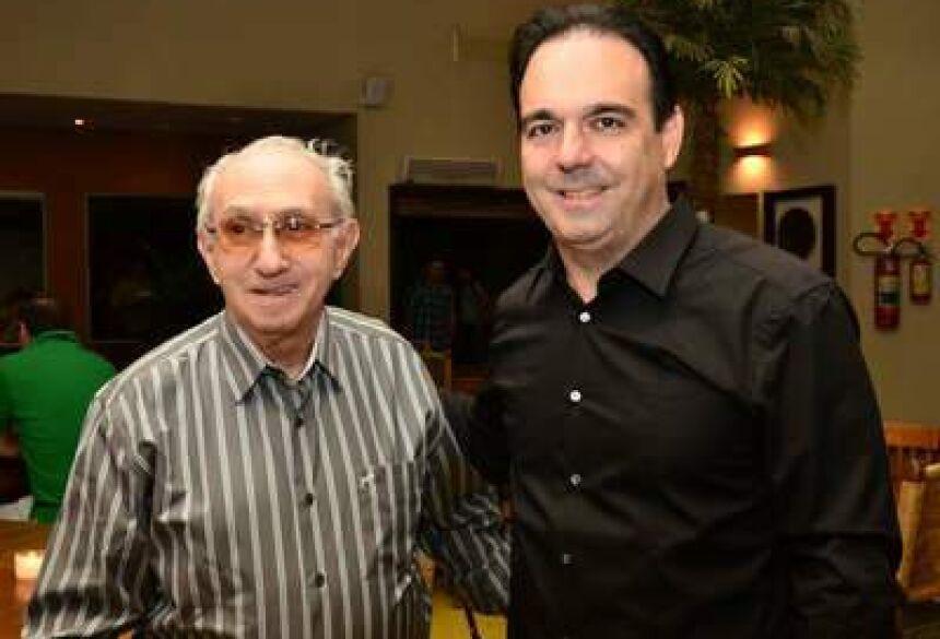 Roberto Orro à esquerda abraçado com o filho, deputado estadual Felipe Orro (PSDB)