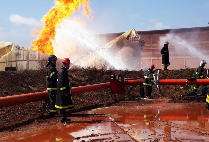 Bombeiros e brigadistas trabalham para resfriar reservatório com etanol que explodiu, em Rio Brilhante (MS).  Foto: Corpo de Bombeiros/Divulgação