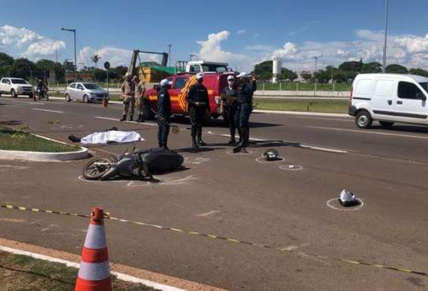 Vítima estava em uma Honda Biz e bateu em um caminhão na avenida. - Crédito: Repórter Top