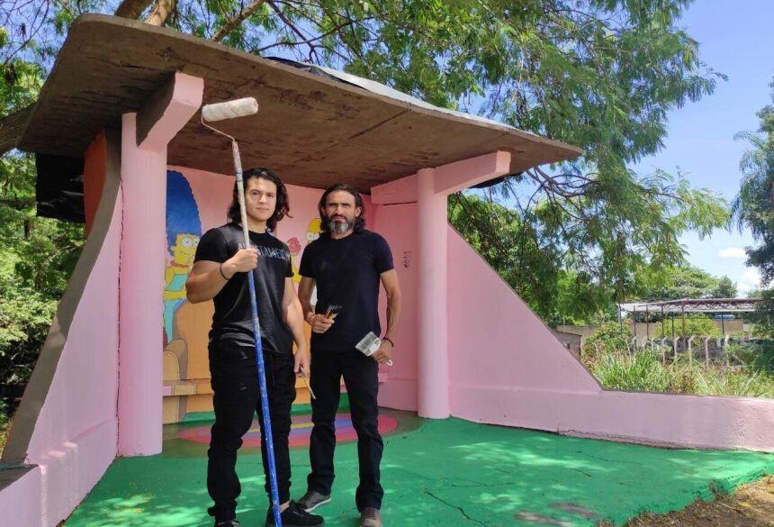 Eduardo e Ernando pintaram juntos o ponto de ônibus. (Foto: Arquivo Pessoal)