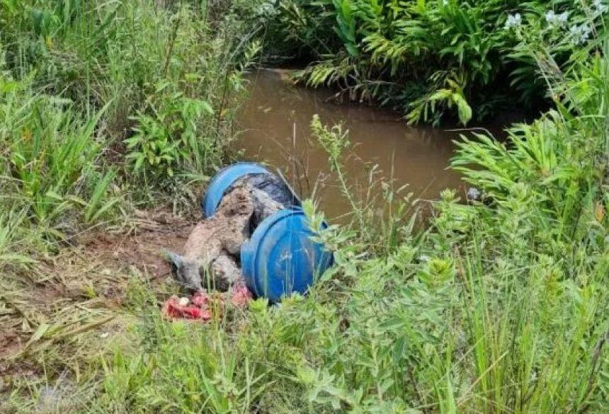 O corpo estava concretado dentro de um tambor plástico.(Foto: Divulgação) FONTE: PONTA PORÃ NEWS