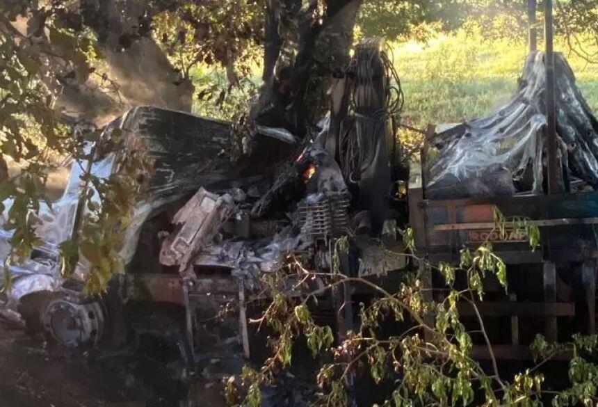 Caminhão pegou fogo e uma pessoa morreu carbonizada; outras três foram socorridas (Foto: Direto das Ruas) - CREDITO: CAMPO GRANDE NEWS