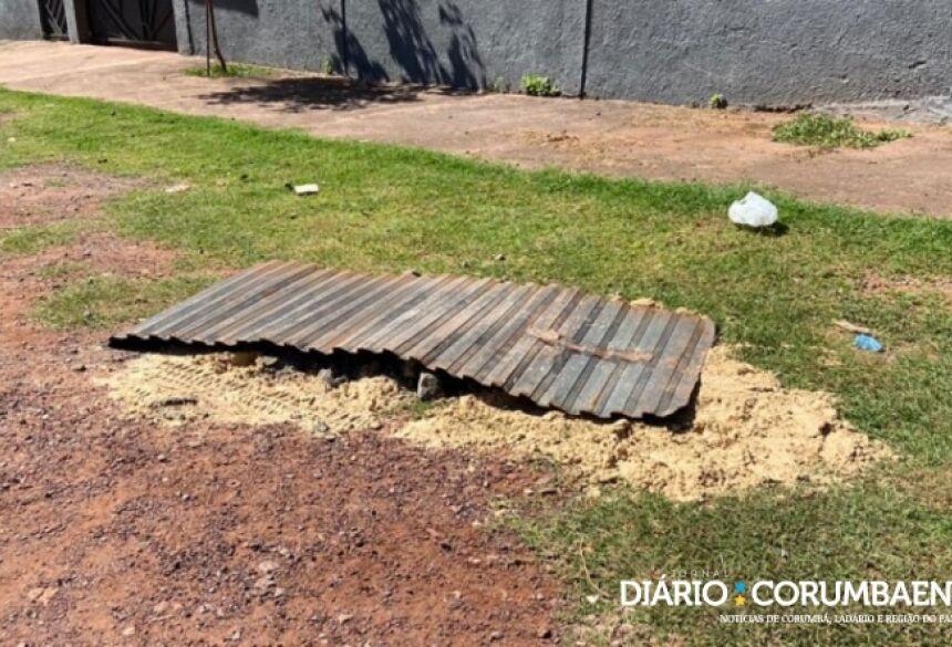 Moradores colocaram areia e pedaço de metal em local onde mulher foi achada morta