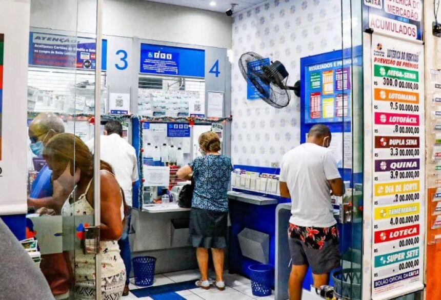 Os jogadores dentro da loteria fazendo as apostas. (Foto: Henrique Kawaminami)