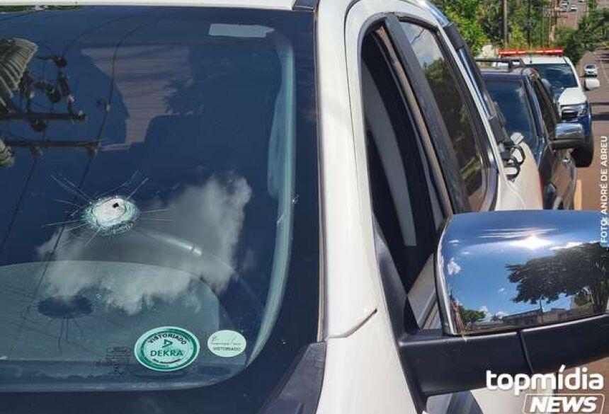 Tiro disparado por assaltantes acertou o vidro dianteiro do motorista - Crédito: André de Abreu