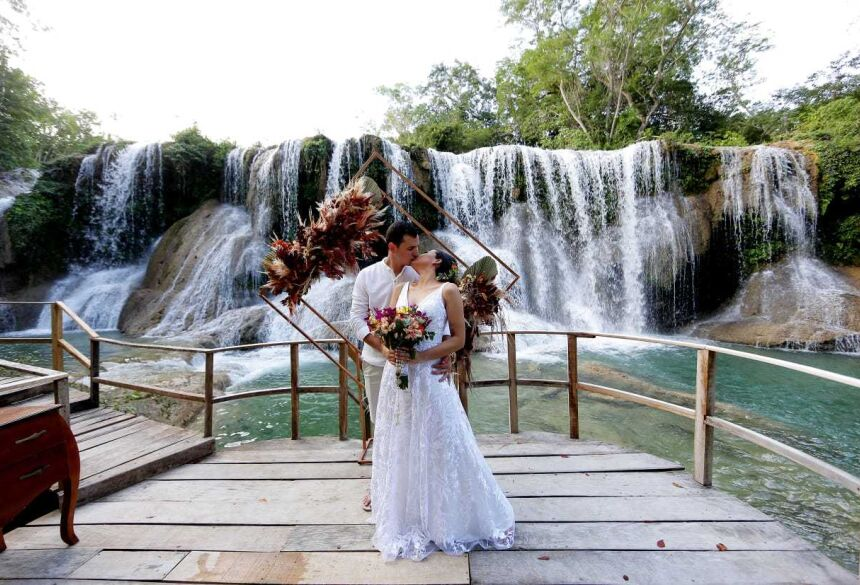 Casal disse sim na Cachoeira do Amor, em Bonito. (Foto: Regina Aoki) -