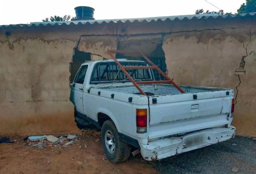 D20 quebrou parede e foi parar dentro de casa (Foto: Marcos Maluf) - CREDITO: CAMPO GRANDE NEWS