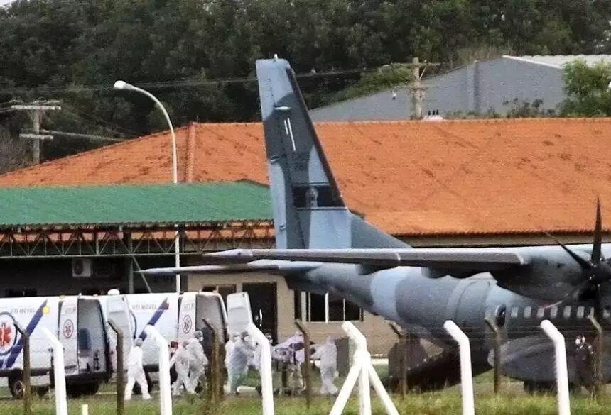 Embarque dos novos pacientes na Base Aérea de Campo Grande. (Foto: Divulgação)