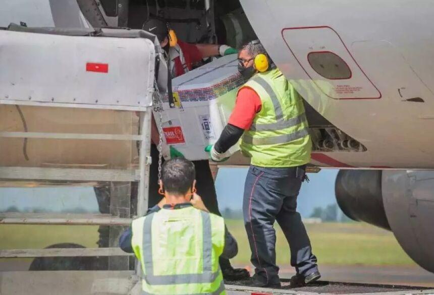Doses de imunizante contra covid-19 desembarcando na Capital (Foto: Marcos Maluf)