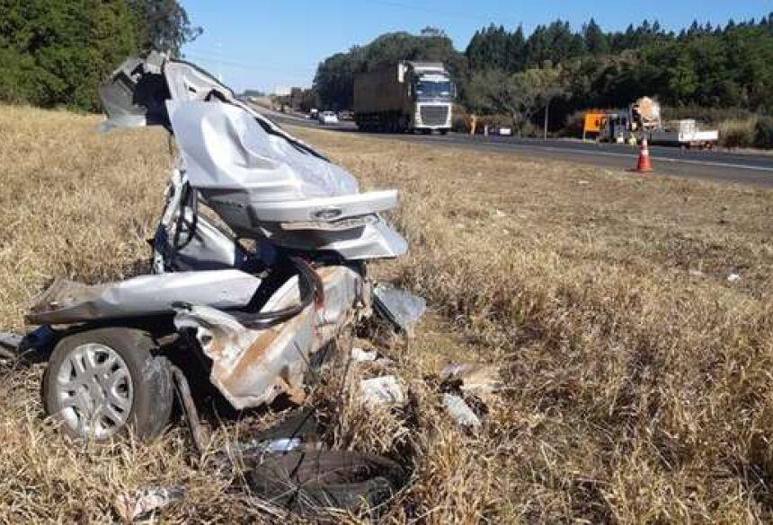 Partes do carro ficaram jogadas na rodovia - Crédito: Gustavo Porto/EPTV