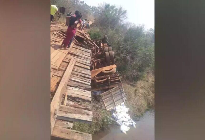 Caminhão carregado de ração tombou de ponte, em Paranaíba. (Foto: Redes Sociais)