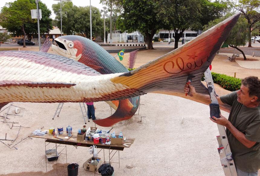 Cleir iniciou a fase de recuperação da pintura das esculturas buscando sempre a tonalidade natural da espécie. Fotos: Silvio de Andrade