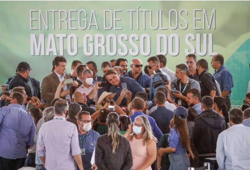 Em uma das visitas ao Estado, neste ano, Bolsonaro entregou títulos de terras em Terenos. (Foto: Henrique Kawaminami) - CREDITO: CAMPO GRANDE NEWS