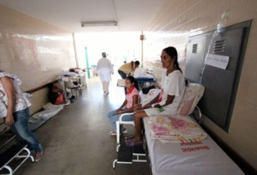 Pacientes internados ficam em macas nos corredores do Hospital de Base de Vitória da Conquista, na Bahia - Estadão Conteúdo